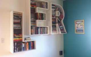 Книжные полки в виде букв в подборке фото